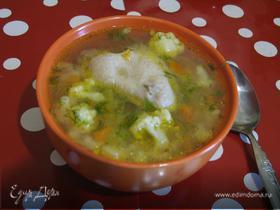 Куриный суп с цветной капустой и зеленым горошком
