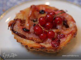 Тарталетки с грушами и красной смородиной