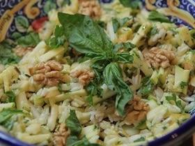 Рисовый салат с яблоками, грушей и грецкими орехами