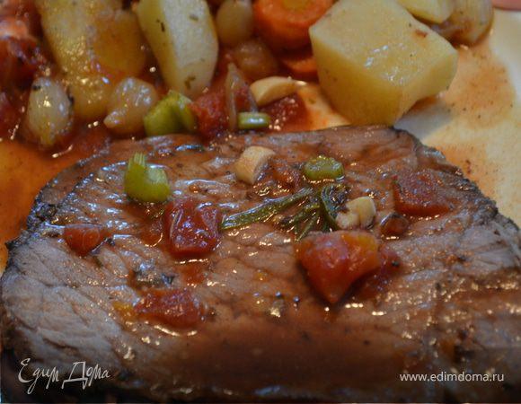 Тушеное мясо с беконом и овощами