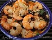 Креветки в винном соусе с орехами и базиликом