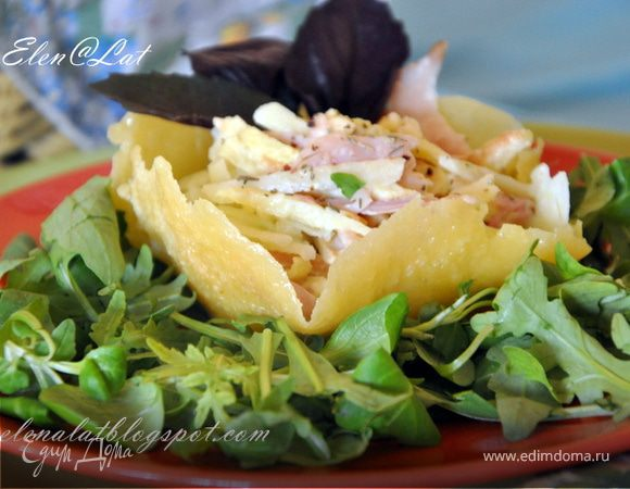 Итальянский салат с копченой курицей в сырной корзинке