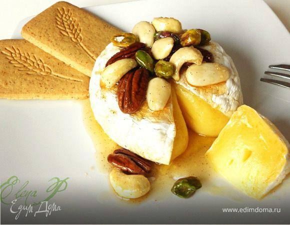 Запеченный сыр бри с глазироваными орехами