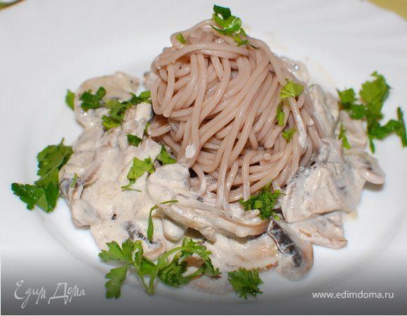 Гречневая лапша со сливочно-грибным соусом (вариант ужина за 20 минут)