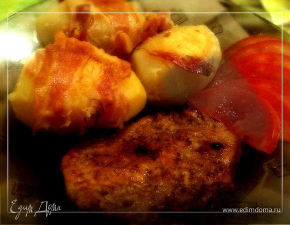 Пряное мясо с запеченным в беконе картофелем
