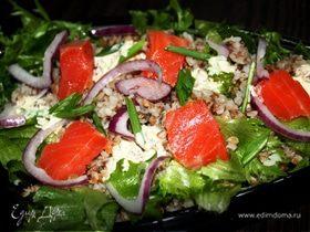 Салат с гречкой и копченой форелью