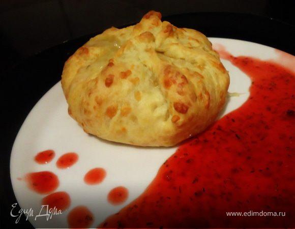 Камамбер, запеченный в сырном мешочке с малиново-розмариновым соусом