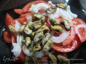 Салат из помидоров и маринованных мидий