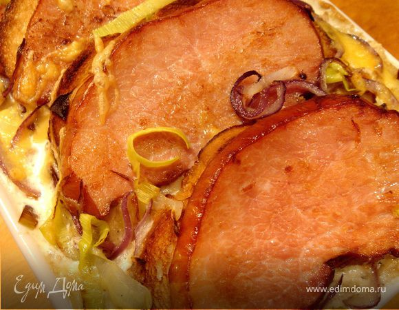 Луковый гратен с картофелем и копченым мясом