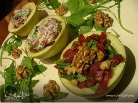 Салат в яблоках с руколой, грецкими орехами и вяленым мясом