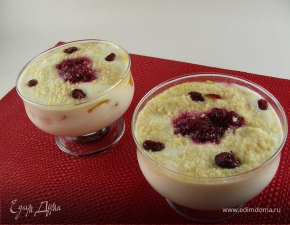 Йогуртово-творожный десерт с клюквой, персиками и миндалем