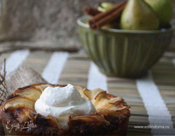Творожный мини-пирог с грушей, лавандовым медом и сметанным кремом