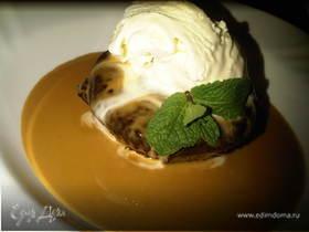 Финиковый кекс с соусом тоффи и ванильным мороженым