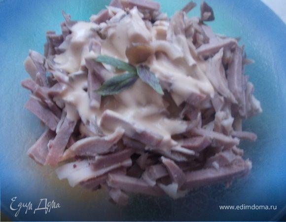 мясной салат с языком и маринованными грибами