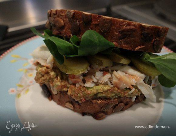 Бутерброд с крабами и авокадо