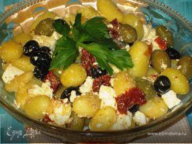 Картофельный салат с оливками, вялеными помидорами и фетой