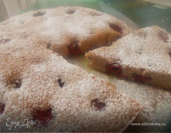 Клубнично-вишневый пирог с корицей