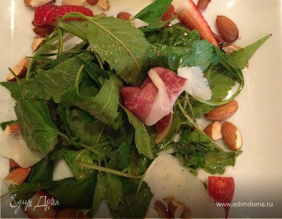 Салат с орешками, хамоном и клубникой