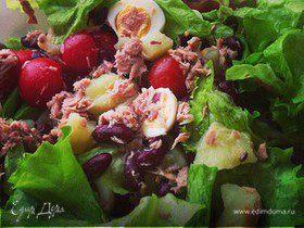 Салат с тунцом, фасолью и перепелиными яйцами