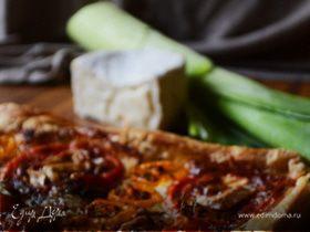 Пирог из слоеного теста с томатами и козьим камамбером