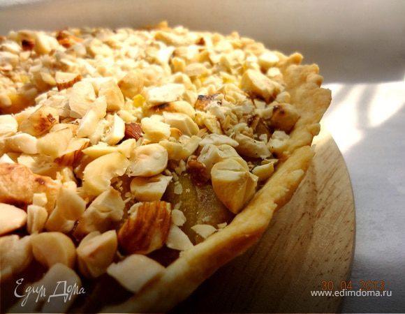 Пирог с миндальным кремом, персиками и орехами