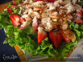 Салат с руколой, клубникой и курицей