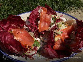 Салат с семгой, радиккио, цикорием и сладким перцем