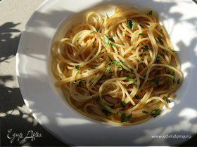 Спагетти с луком и анчоусами