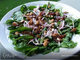 Салат из шпината со спаржей, финиками и миндалем