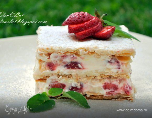 Слоеное пирожное с клубникой, сливками, белым шоколадом и ароматом лимона