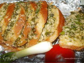 Запеченный батон с сыром, зеленью и чесноком