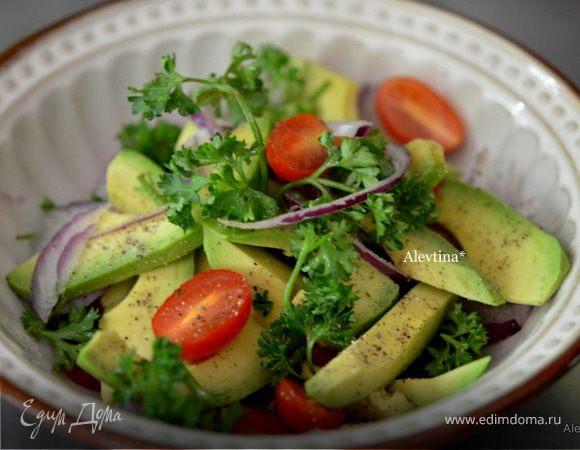 Салат из авокадо c черри томатами