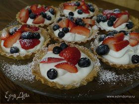 Тарталетки с ягодами и взбитыми сливками