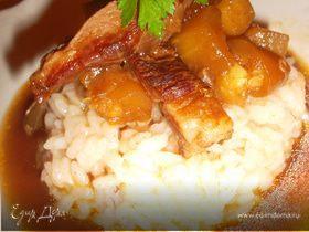 Свинина в соевом соусе с овощами на рисовой подушке