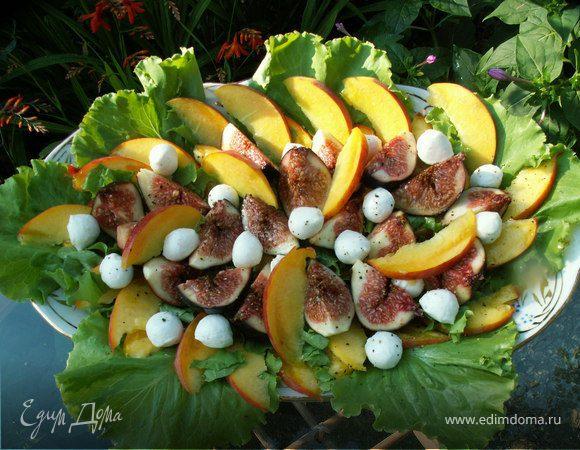 салат с инжиром, персиками и моцареллой