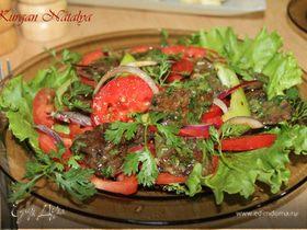 Теплый салат из маринованной говядины с помидорами и луком