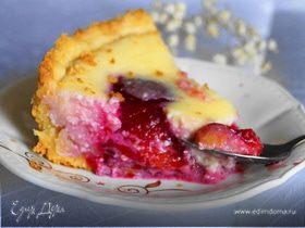 Пирог со сливами и творожной заливкой