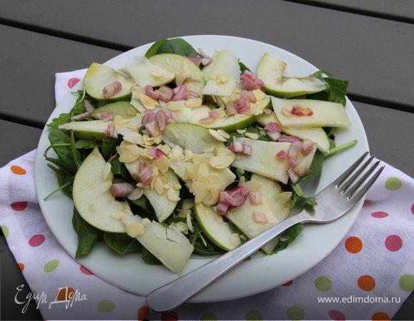 Салат со шпинатом, яблоком, пекорино, миндалем и гранатом