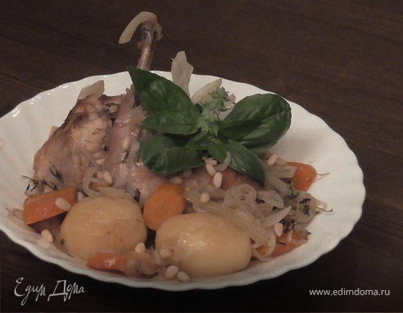 Кролик, тушенный в вине с овощами и кедровыми орехами