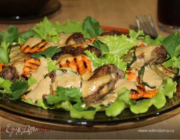 Теплый салат с жареными огурцами и куриной печенью