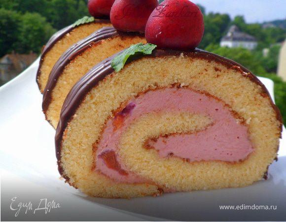 Рулет с вишнево-сливочным кремом и шоколадом