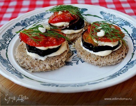 Канапе с баклажанами, помидорами и творожным сыром