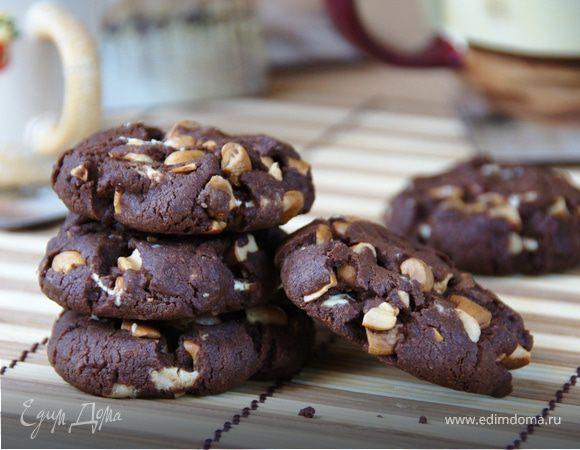 Шоколадное печенье с орехами кешью и белыми каплями