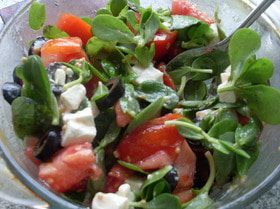 Салат с огородным портулаком в горчичной заправке