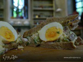 Тосты с сельдью, яйцом и тархунным майонезом