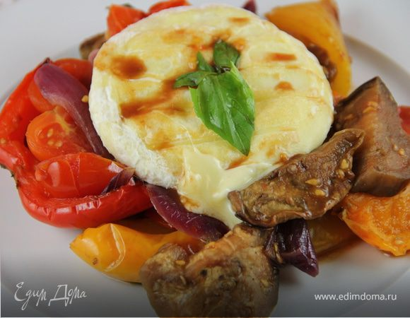 Запеченные овощи с базиликом и жареным сыром