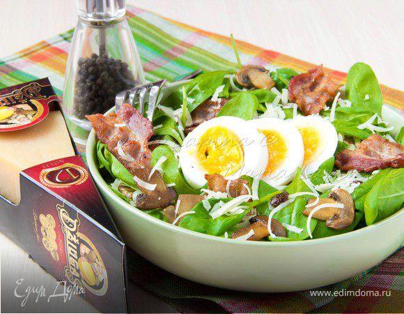 Теплый салат со шпинатом, беконом, шампиньонами и сыром Джюгас