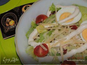 Зеленый салат с куриной грудкой, черри и сыром Джюгас