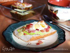 Авокадо, запеченное с яйцами и беконом