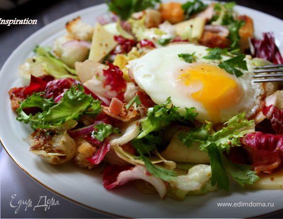 Теплый салат с беконом и яйцом
